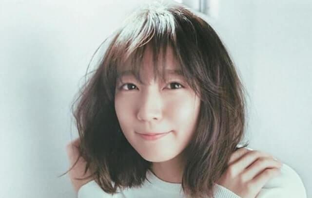 肩に手を置く女優・吉岡里帆