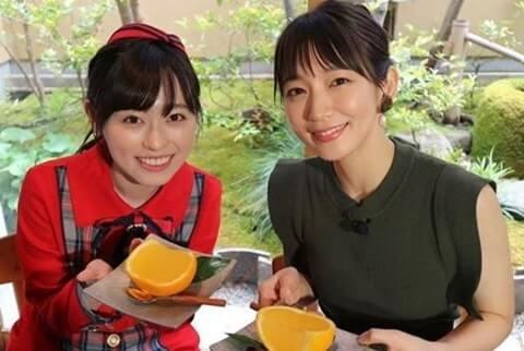 カットされたオレンジを持つ2人の女性