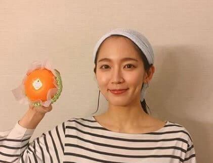 ヘアバンドを付けている女優・吉岡里帆
