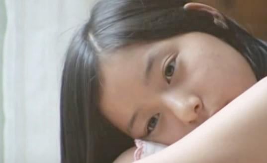 体育座りのモデル・新木優子