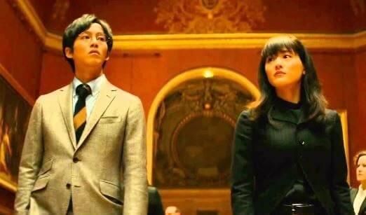 美術館にいる女優・綾瀬はるかと俳優・松坂桃李
