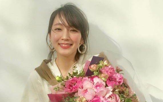 花束を持つ女優・吉岡里帆