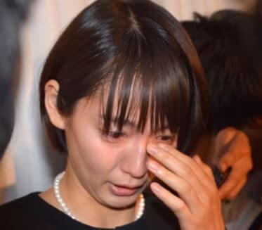 お通夜で涙を流す女優・吉岡里帆
