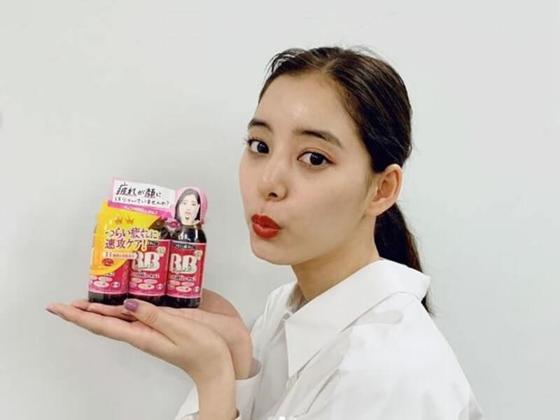 ショコラBBのドリンクを持つモデル・新木優子