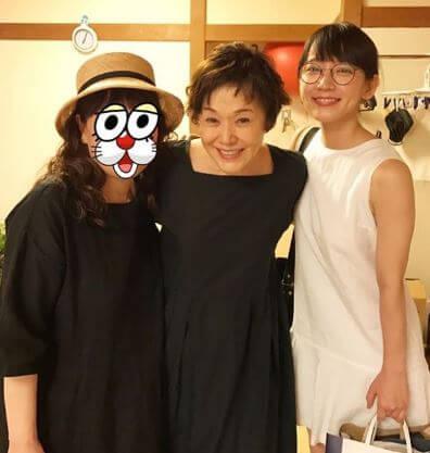 肩を組む3人の女性