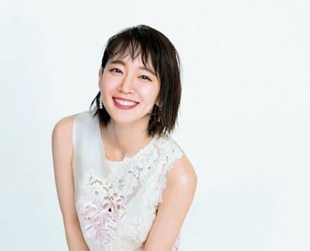 白のドレスを着ている女優・吉岡里帆