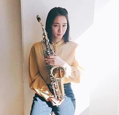 アルトサックスを持つ女優・吉岡里帆