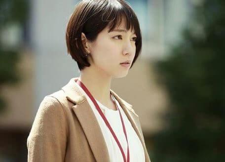 ブラウンのスーツを着た女優・吉岡里帆