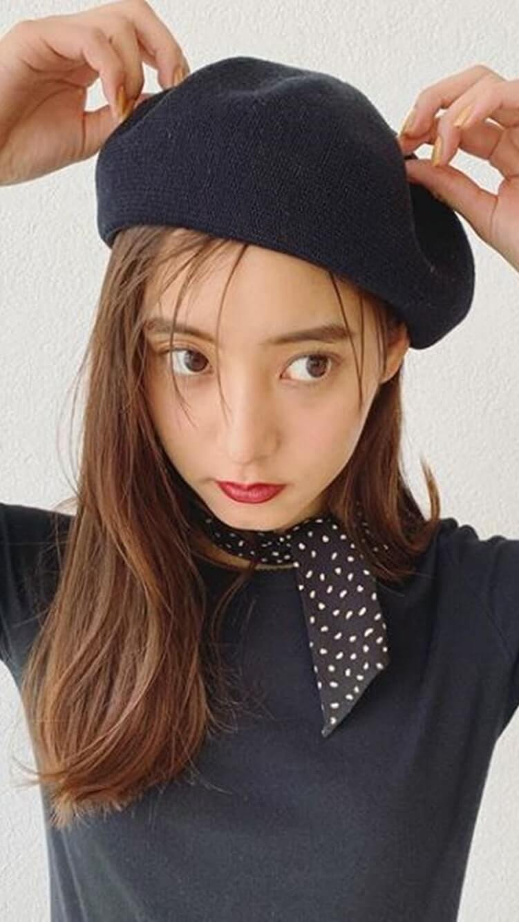 ベレー帽をかぶるモデル・新木優子