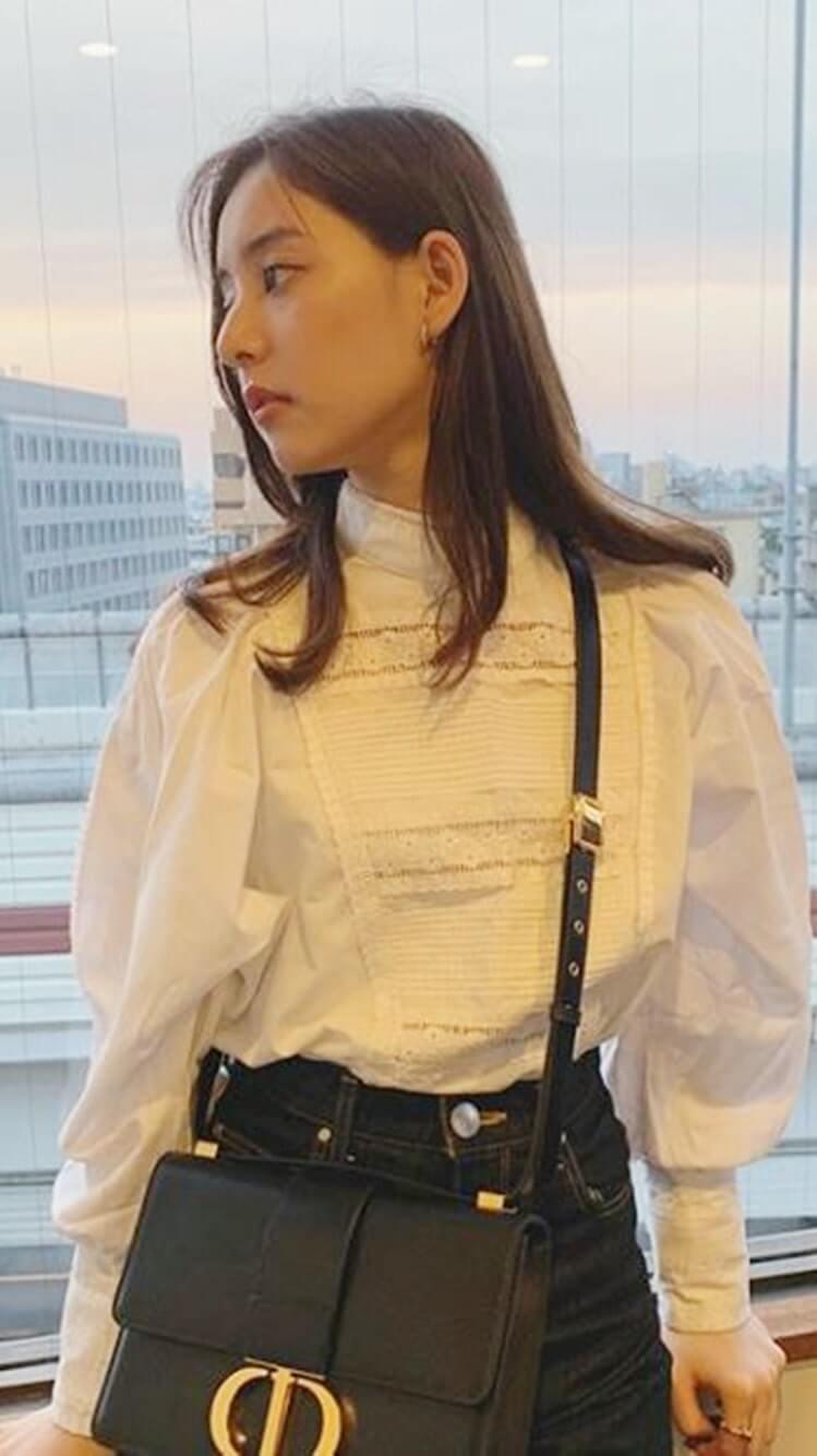 窓からの景色を眺めるモデル・新木優子