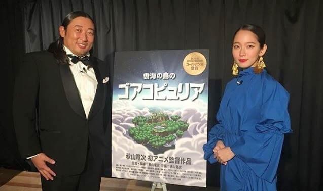タキシードの男性と、青いドレス姿の女性