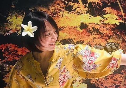 黄色い浴衣を着ている女優・吉岡里帆