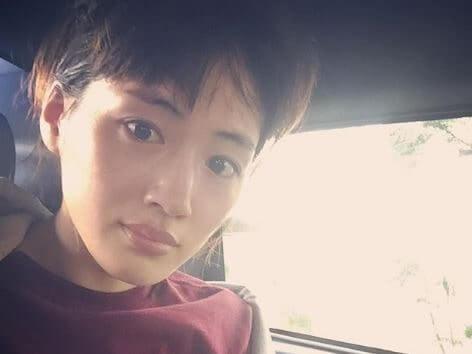 車内にいるすっぴんの女優・綾瀬はるか