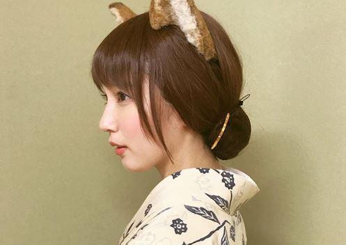 猫耳カチューシャを付けた女性