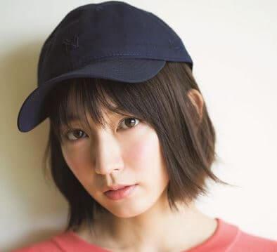 ネイビーの帽子をかぶる女優・吉岡里帆