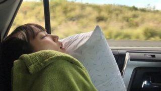 車内で寝る女優・吉岡里帆