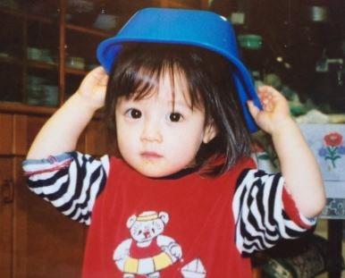 青い帽子をかぶる女の子
