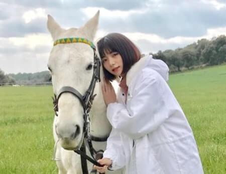 白い馬に寄り添う女優・池田エライザ