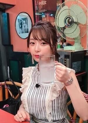 ジョッキを持つアナウンサー・宇垣美里