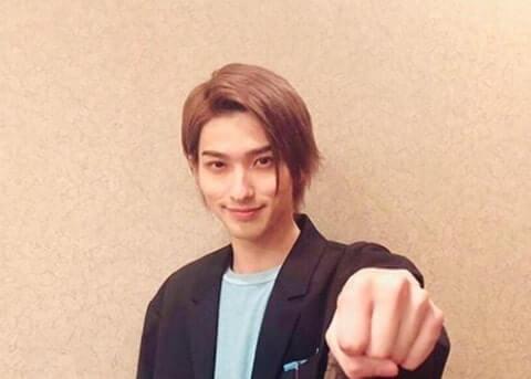 拳を作った左手を前に突き出す俳優・横浜流星