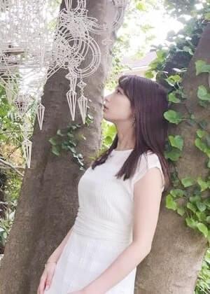 白いワンピース姿のアナウンサー・宇垣美里
