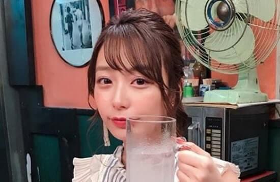 グラスジョッキを持つ宇垣美里アナウンサー