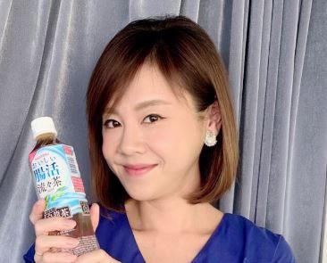 ペットボトルを持つフリーアナウンサー・高橋真麻