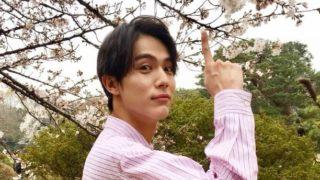 桜を眺める俳優・中川大志