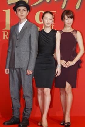 ドレス姿の女性2人とスーツ姿の男性
