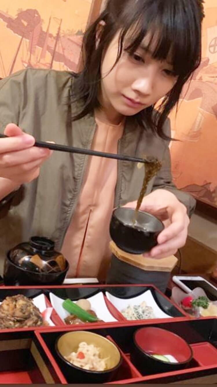 御膳を食べる女優・松本穂香