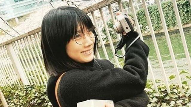 両手でデジタルカメラ2台を持つ女優・松本穂香