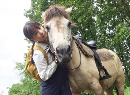 馬と寄り添う女優・広瀬すず