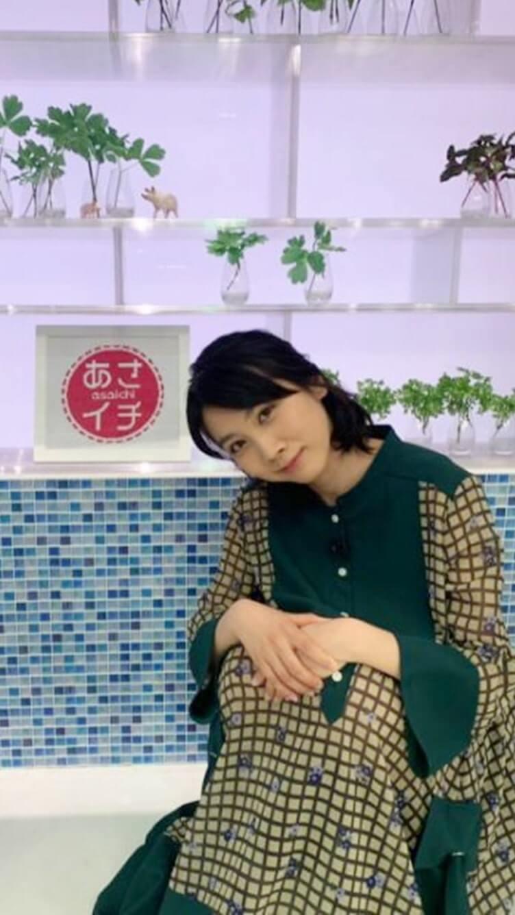 体操座りをする女優・松本穂香