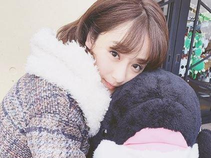 クッションに抱きつく女優・平祐奈