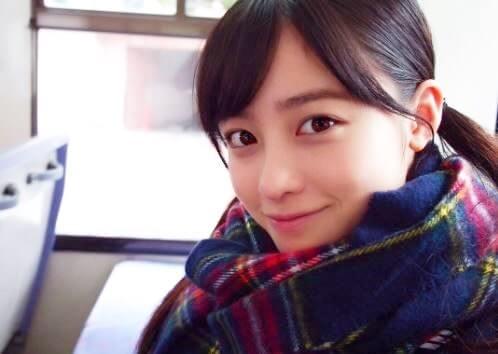 高校から下校中でバスの車内にいる女優・橋本環奈