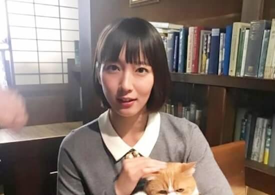 猫を抱く女優・吉岡里帆