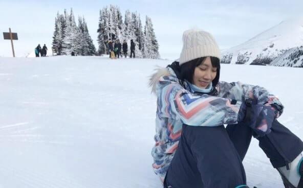 スノーボードをする女優・松本穂香