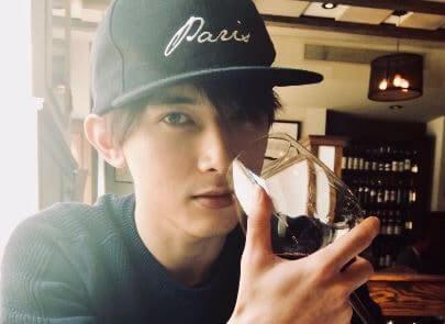 ワイングラスを持つ俳優・吉沢亮