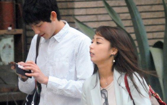 男性と一緒に歩くアナウンサー・宇垣美里