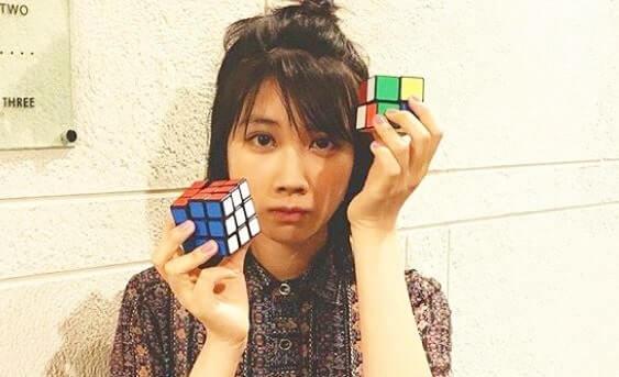 ルービックキューブを持つ女優・松本穂香
