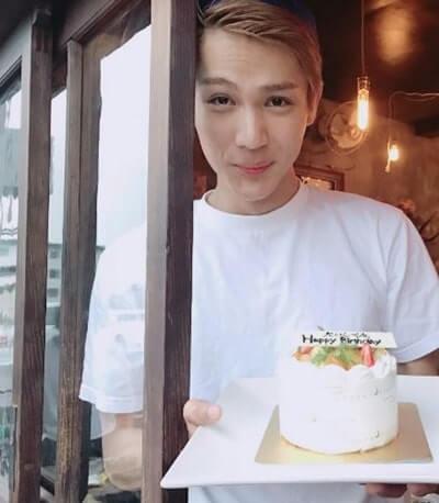 バースデーケーキを持つ俳優・中川大志