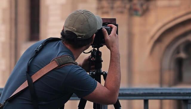建物をカメラで撮影する男性