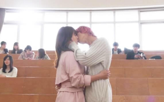 大学の教室でキスをする女優・深田恭子と俳優・横浜流星
