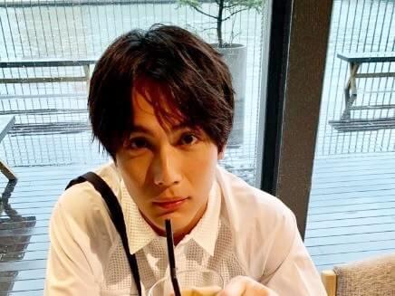 ドリンクを飲む俳優・中川大志