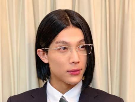高校の制服姿の俳優・中川大志