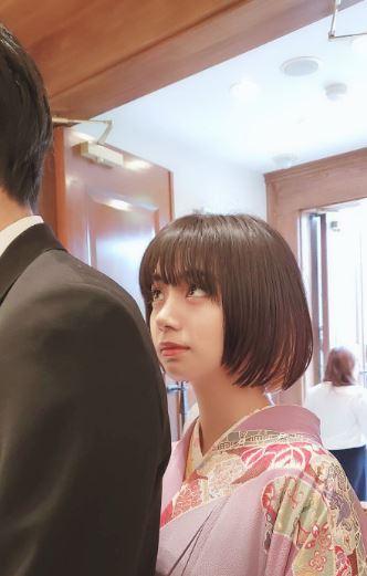 弟を見上げる女優・池田エライザ