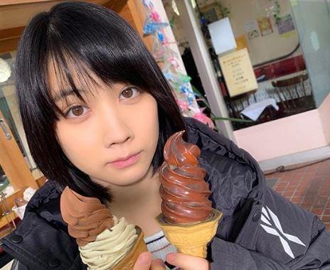 ソフトクリームを2本持つ女優・松本穂香