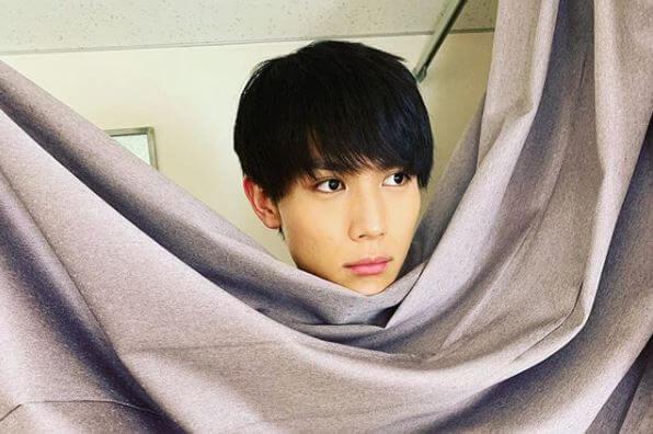 カーテンで体を隠す俳優・中川大志
