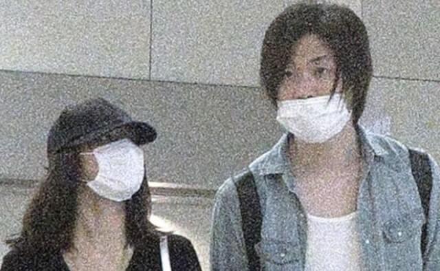 マスクを付けた女優・石原さとみと実業家・前田裕二