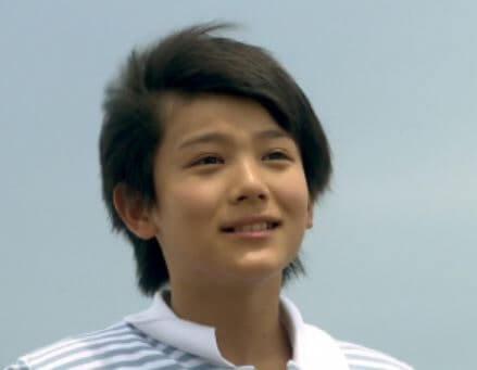 屋外で笑顔の男子小学生